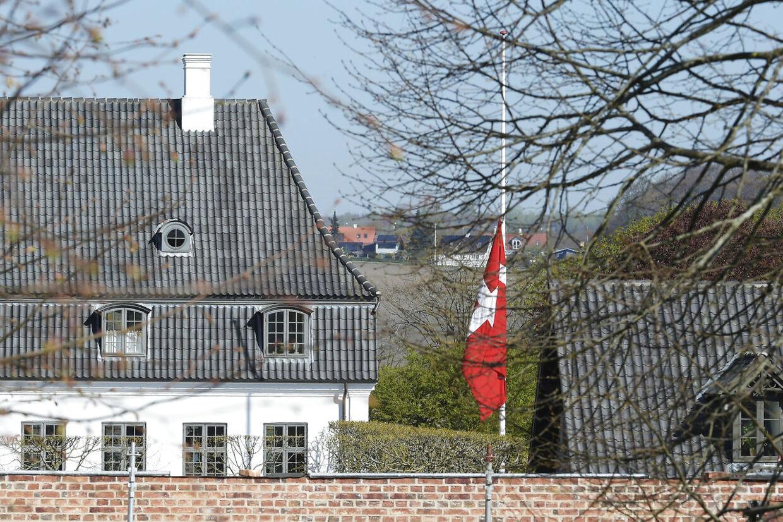 Flag på halv på godset Constantinsborg uden for Aarhus. Constantinsborg er ejet Anders Holch Povlsen. (Foto: Axel Schütt/Scanpix 2019)