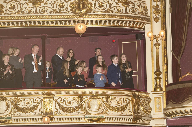 Anders Holch Povlsen med børnene i selskab med kronprinseparrets familie til premiere på juleballetten Nøddeknækkeren i Det kongelige Teater.