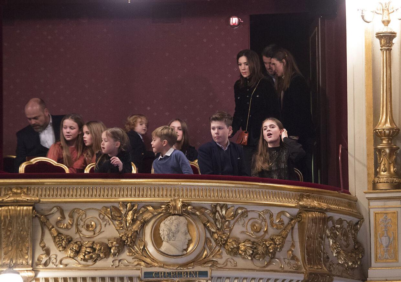 Her ses Anders Holch Povlsen med børnene i selskab med kronprinseparrets familie til premiere på juleballetten Nøddeknækkeren i Det kongelige Teater