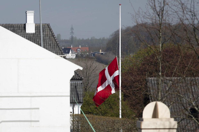 Flaget vejer på halvt ved Anders Holch Povlsens gods i Ormslev ved Aarhus, efter Anders Holch Povlsen mistede tre børn dræbt i terror-eksplosioner i Sri Lanka, mandag den 22. april 2019.. (Foto: Bo Amstrup/Ritzau Scanpix)