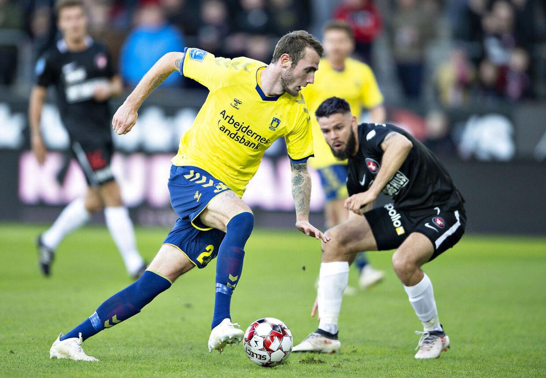 Brøndbys Jens Martin Gammelby i duel med FC Midtjyllands Marc Dal Hende i Superligakampen mellem FC Midtjylland mod Brøndby IF søndag aften på MCH-Arena i Herning.