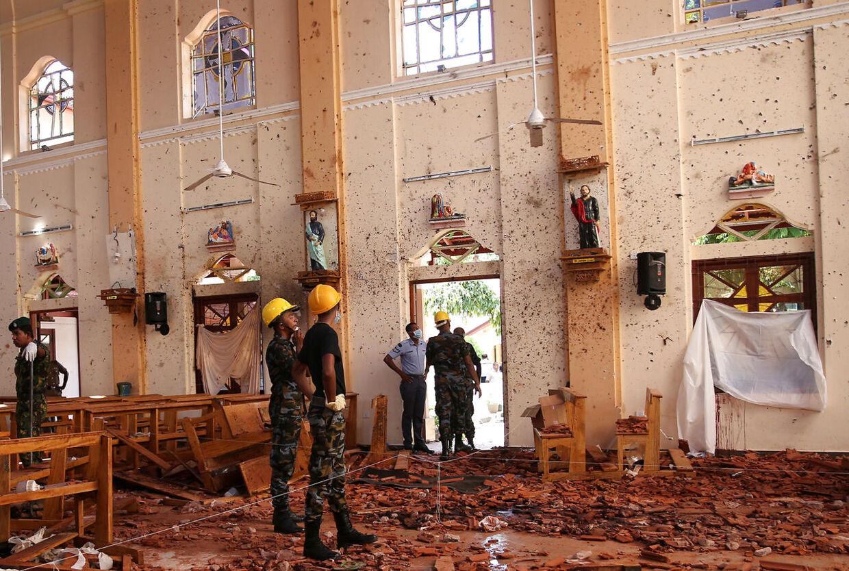 Her ses skaderne på St. Sebastian-kirken, hvor flere end 100 mennesker mistede livet i et bombeangreb søndag.