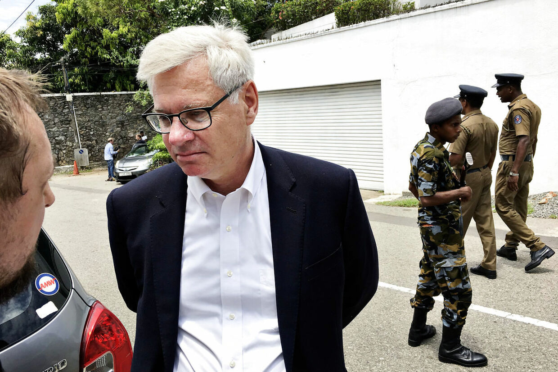 Her ses Peter Taksøe-Jensen foran den norske ambassade i Colombo, Sri Lanka.