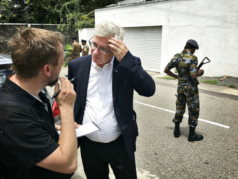 B.T.'s reporter ses her med den danske ambassadør i Indien, Peter Taksøe-Jensen, foran den norske ambassade i Colombo, Sri Lanka.