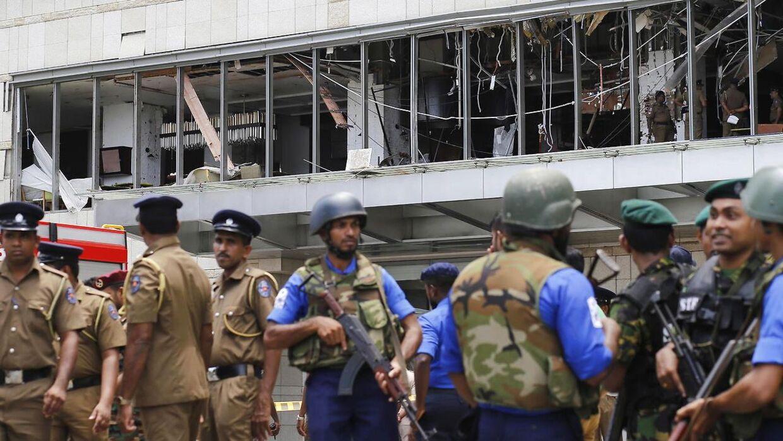 Politi og sikkerhedsstyrker bevogter Shangri La Hotellet i Colombo efter eksplosionen. EPA.
