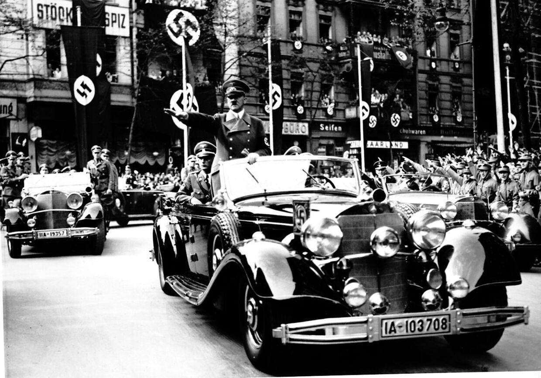 Adolf Hitler modtager hyldest af jublende indbygere efter han har 'løst' Sudetertyskernes situation.