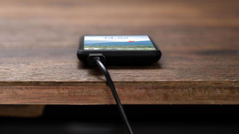 Mange opladere til mobiltelefoner er så farlige, at de risikerer at bryde i brand, selvom de er CE-mærket.