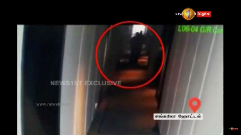 Her kan man netop skimte selvmordsbomberen i en gang på hotellet.