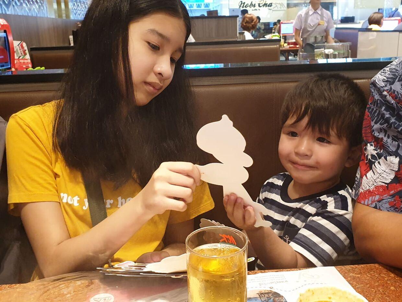 I hverdagen bor Mint nu i Thailand med sin mor og Malick i Danmark med sin far. Kun i ferierne er familien samlet.