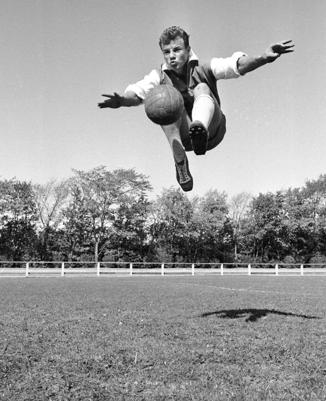 Harald Nielsen døde den 11. august 2015 i en alder af 73 år, og i juli 2018 blev en statue af ham afsløret foran Arena Nord i Frederikshavn. Det var i netop Frederikshavn, Harald Nielsen startede med at spille fodbold, og det kastede som bekendt en flot karriere af sig. Han vandt det italienske mesterskab med Bologna i 1964, og både det år og året forinden blev han topscorer. I 1967 skrev han så historie, da han blev solgt til Inter som den dyreste fodboldspiller nogensinde dengang, da klubben betalte seks millioner kroner for ham.