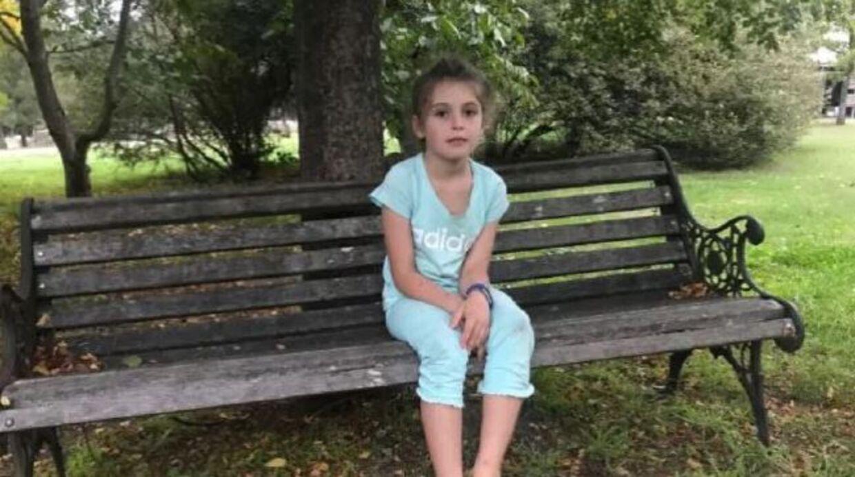 7-årige Evie var ude og lege, da hun blev angrebet af en sværm af hvepse.