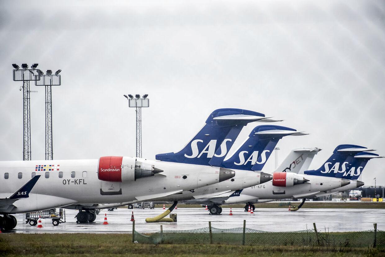 SAS-fly, der står parkeret på asfalten i Københavns Lufthavn i Kastrup, kan blive SAS-ledelsens skrækscenarie. Ifølge Jacob Pedersen, der er aktieanalysechef hos Sydbank, kan det koste SAS chancen for at give overskud i år, hvis det trækker ud i to uger. (Arkivfoto)