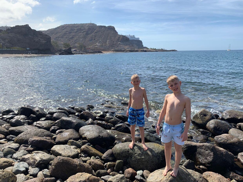 Adam og Noah på stranden i Gran Canaria. Billedet her kom uden problemer på faderens private facebookprofil.
