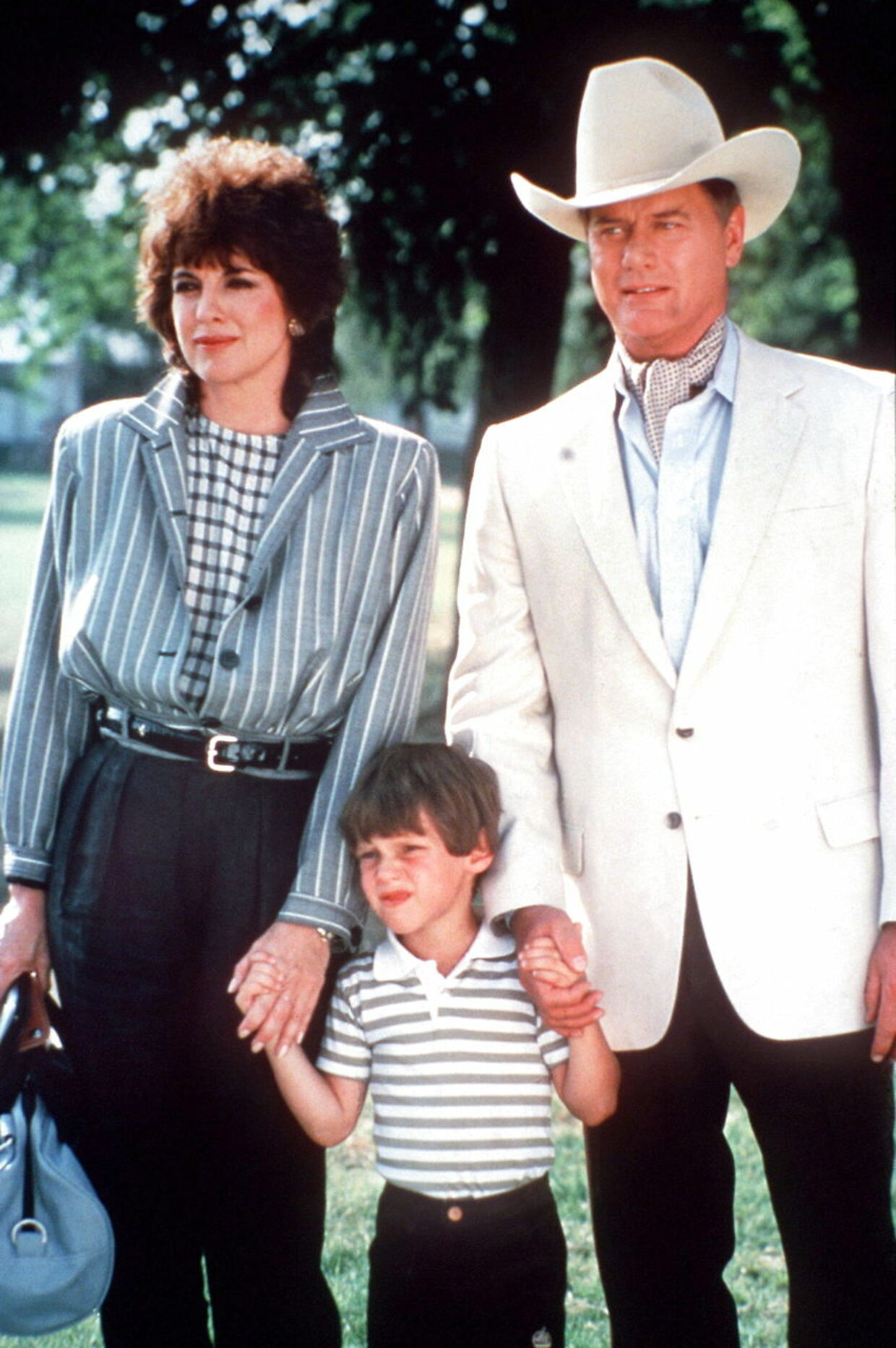 Linda Gray, Omri Katz og Larry Hagman som hhv Sue Ellen. John Ross og J.R. - John Robert Ewing.