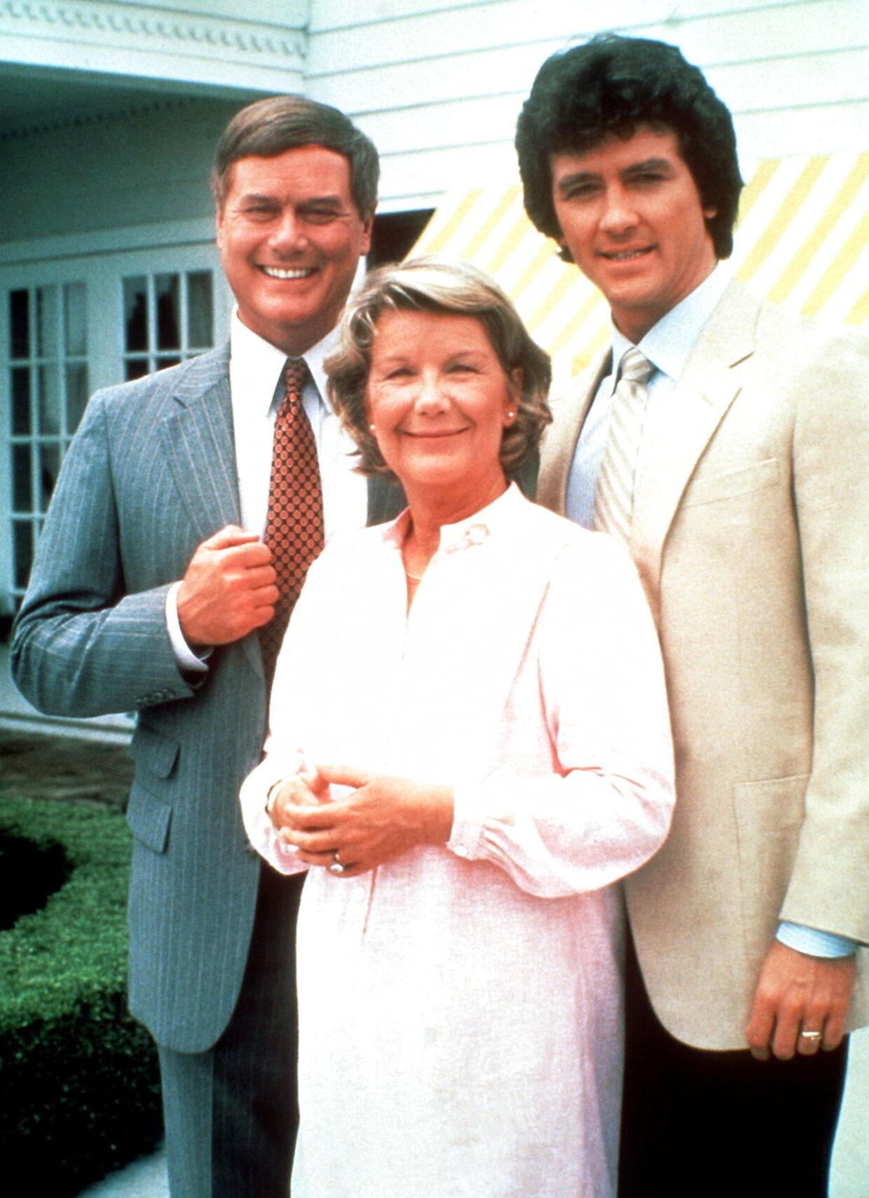 Larry Hagman som J. R. Ewing, Barabara Bel Geddes som 'Miss Ellie' og Patrick Duffy som en gode søn, Bobby Ewing.