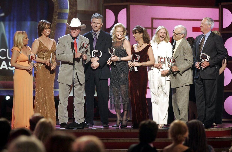 Fra venstre er det Charlene Tilton, Linda Gray, Larry Hagman, Patrick Duffy, Sheree Wilson, Mary Crosby, Susan Howard, Ken Kercheval og Steve Kanaly.