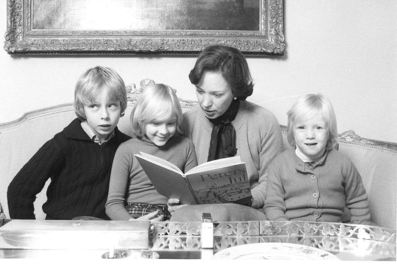 Prinsesse Benedikte med sine tre børn: Gustav, Alexandra og Nathalie.