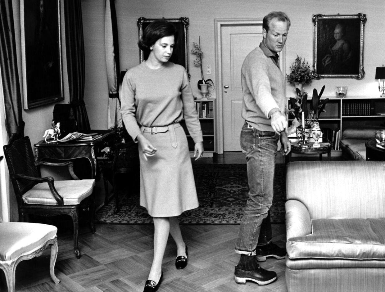 Prinsesse Benedikte og prins Richard indretter hjemmet i Berleburg. Prinsens fodtøj er næppe faldet i god jord.
