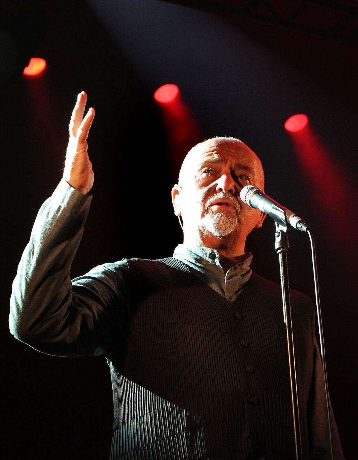 Peter Gabriel var forsanger, da Steve Hacket blev medlem af Genesis. Siden overtog Phil Collins vokal-jobbet, stadig med Hackett som guitarist.
