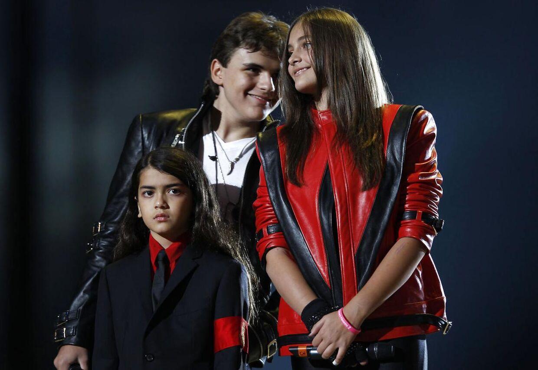 Alle tre børn samlet til en Michael Jackson-hyldestkoncert i Wales i oktober 2011.
