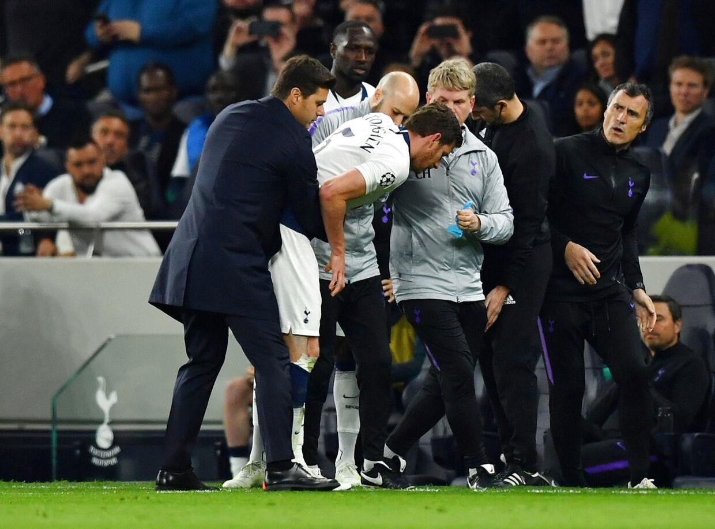 Vertonghen hjælpes her fra banen af både manager og holdlæger.