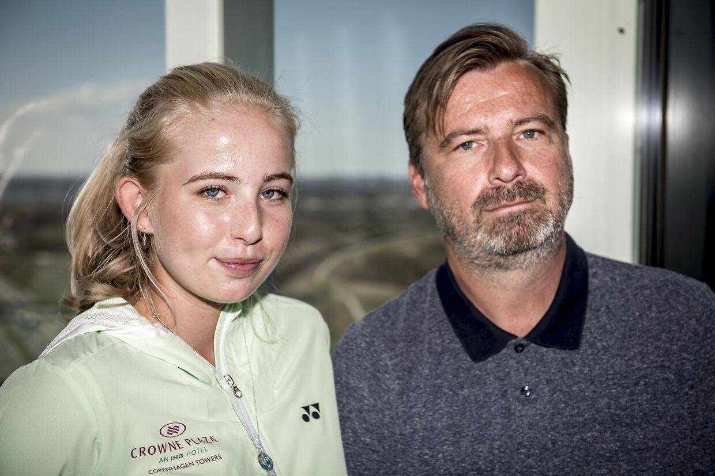 Clara Tauson i selskab med sin far og træner Søren Tauson.