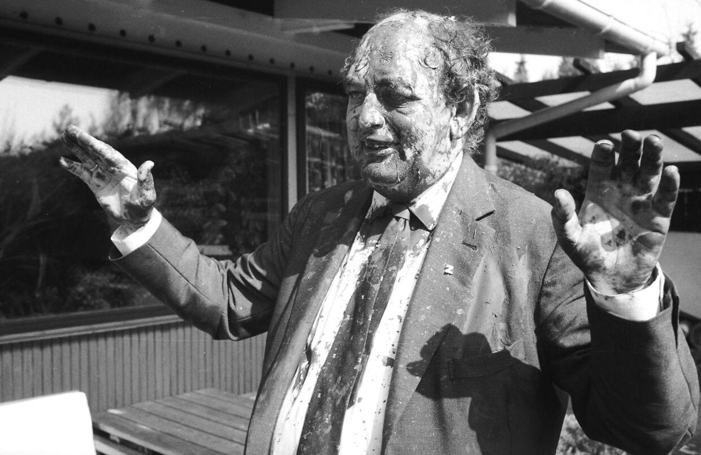 Fremskridtspartiets leder, Mogens Glistrup, overhældt med maling i Fælledparken første maj.