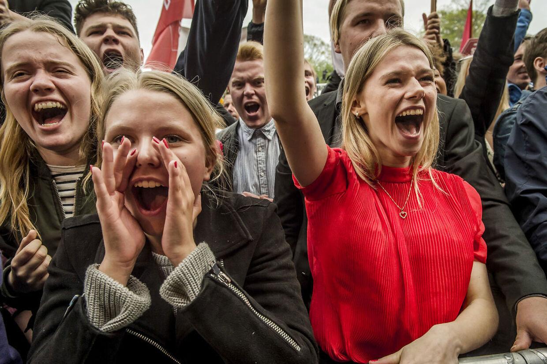 Reportage og stemning fra 1. Maj - arbejdernes internationale kampdag - i Fælledparken i København. Under Mette Frederiksens (S) tale på den store scene opstod der flere gange tumult mellem de fremmødte ungdomsorganisationer. Særligt DSU (dansk socialistisk ungdom) og BJMF (Bygge-, Jord- og Miljøarbejdernes Fagforening) var enkelte gange i slagsmål.