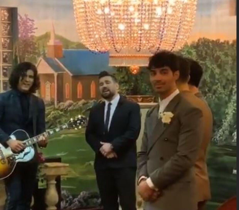 Her ses Joe Jonas, som venter på sin kommende kone. Foto: Diplo/instagram