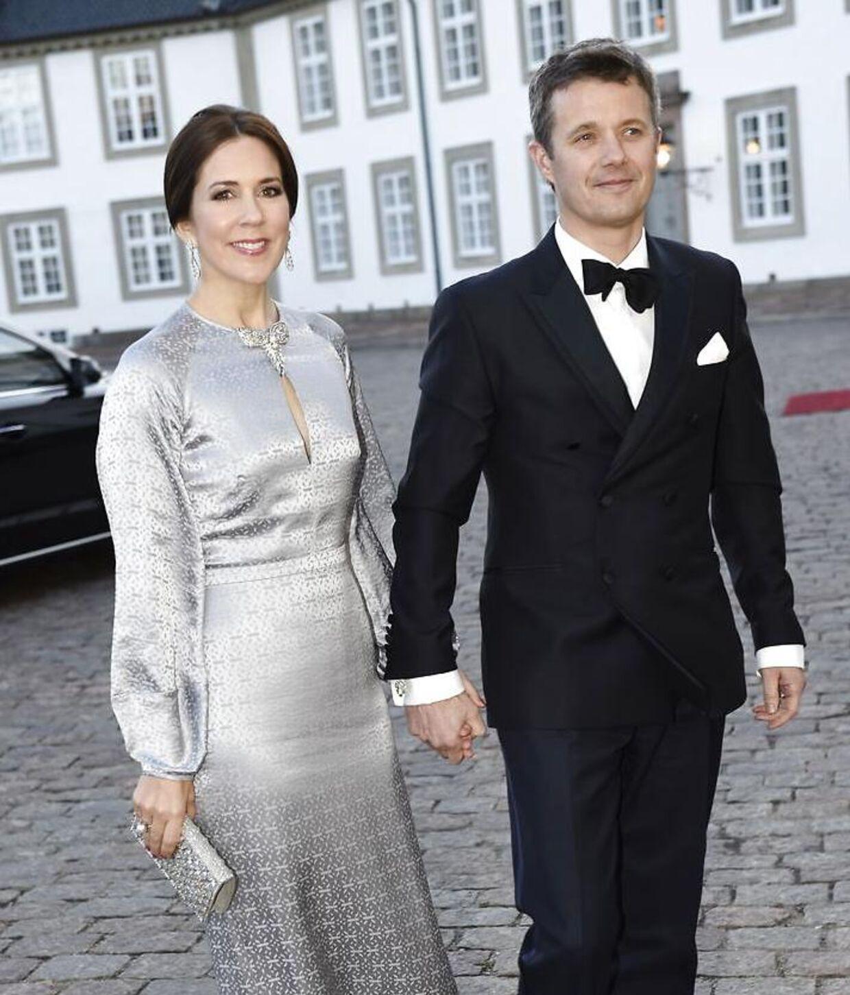 Kronprins Frederik og Kronprinsesse Mary ankommer til middag på Fredensborg Slot i anledning af Dronning Margrethes fødselsdag i 2015.
