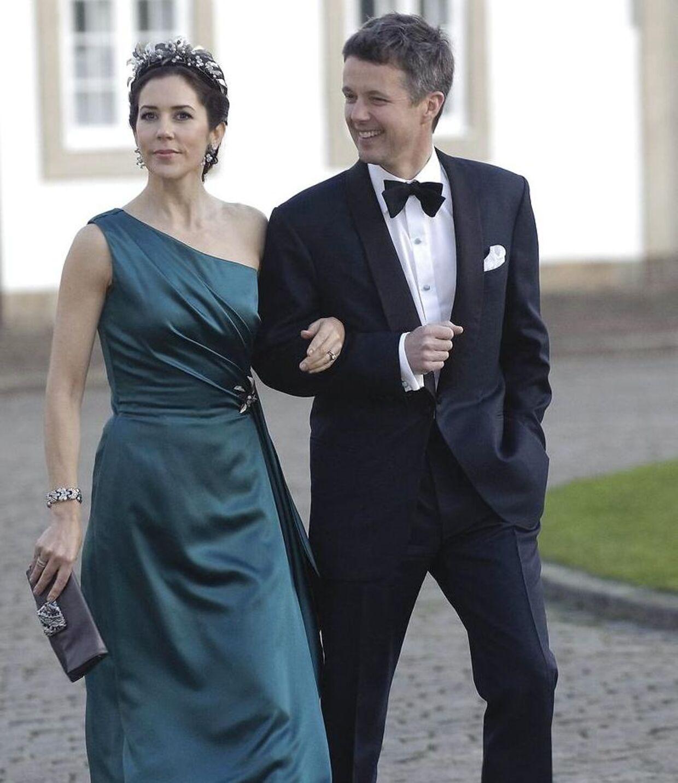 Kronprinsessen i den kjole, hun har ved sin forlovelse. Her her hun den på til Dronningens fødselsdag for et par år siden.