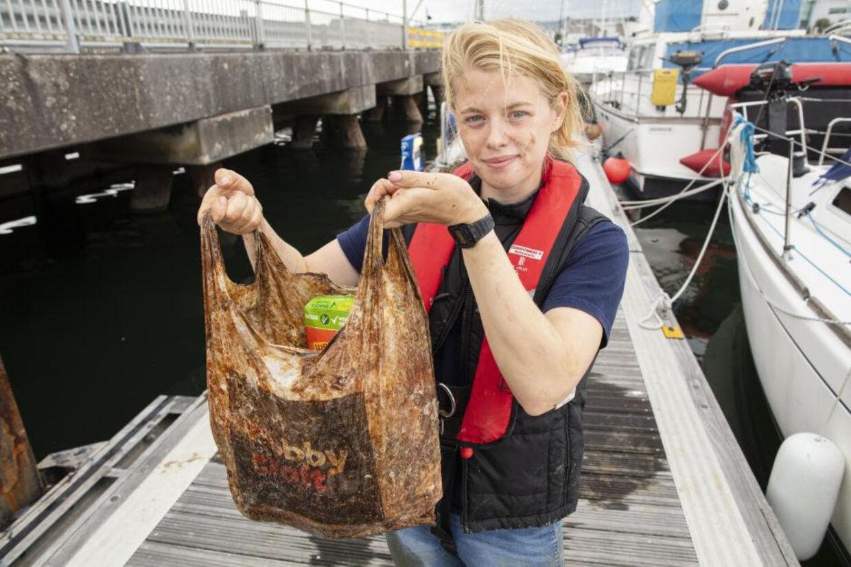 Den såkaldt bionedbrydelige pose, som ph.d.-studerende Imogen Napper holder, har flydt rundt under havoverfladen i over tre år - og kan stadig bruges til varer. Lloyd Russell, University of Plymouth/