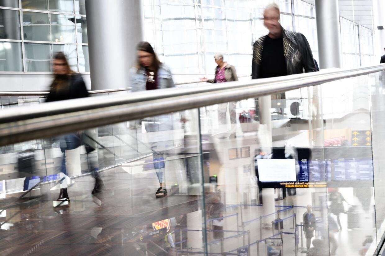 Det er ikke altid lovligt at rejse ud af landet, hvis man modtager sociale ydelser imens. Under kontrolaktioner i lufthavne i 2018 har Toldstyrelsen og Styrelsen for Arbejdsmarked og Rekruttering (STAR) indberettet flere hundrede personer for uberettiget at rejse ud. Det har ført til et tilbagebetalingskrav på 4,7 millioner kroner. (Genrefoto). Philip Davali/Ritzau Scanpix