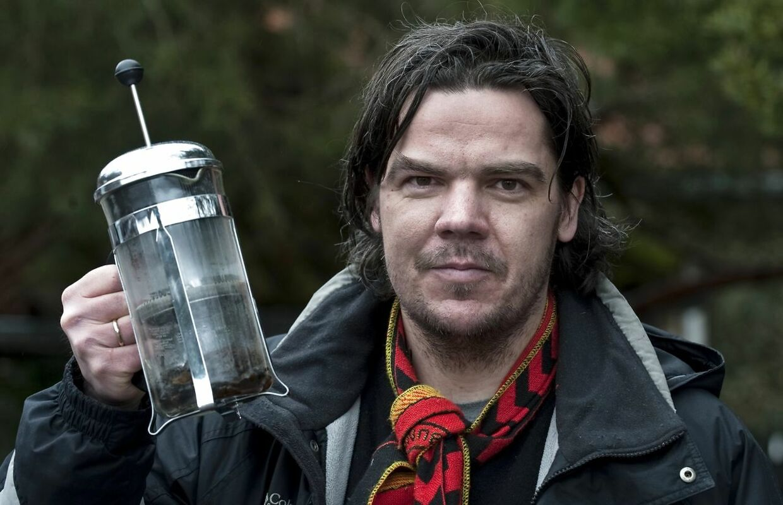 Uwe Max Jensen - folketingskandidat for Stram Kurs - poserer med en Bodum stempelkande med lort, som han fik smuglet ind på kunstmuseet Louisiana i 2010.
