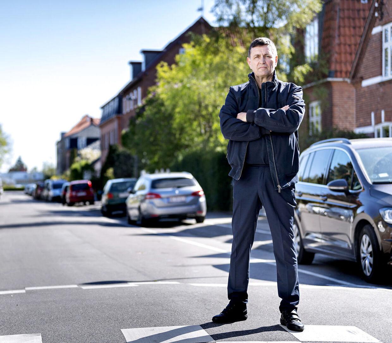 Andre Nesgaard bor i hus på Lemnosvej i København. Han og en række grundejere er stærkt utilfredse med en regning på 5,3 millioner kroner, de har fået af Københavns Kommune i forbindelse med en istandsættelse af vejen.