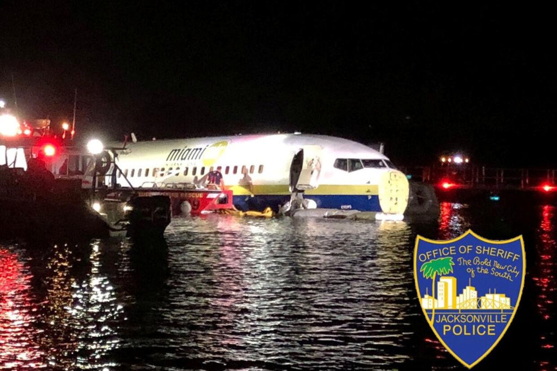 Et Boeing 737-fly skulle natten til lørdag lande i Jacksonville i Florida, men endte i stedet i floden St. Johns River. Foto: sociale medier/Reuters