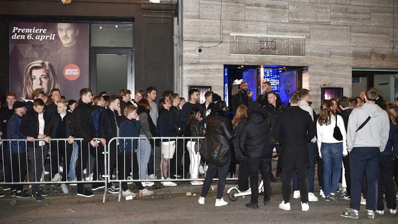 Der var mødt mange mennesker op for at feste på Arch søndag aften.