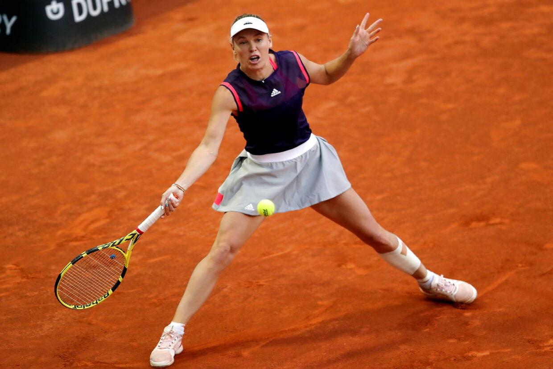 Caroline Wozniacki i aktion søndag aften ved Madrid Open, hvor hun mod Alizé Cornet trak sig ud af kampen i første sæt med en rygskade.