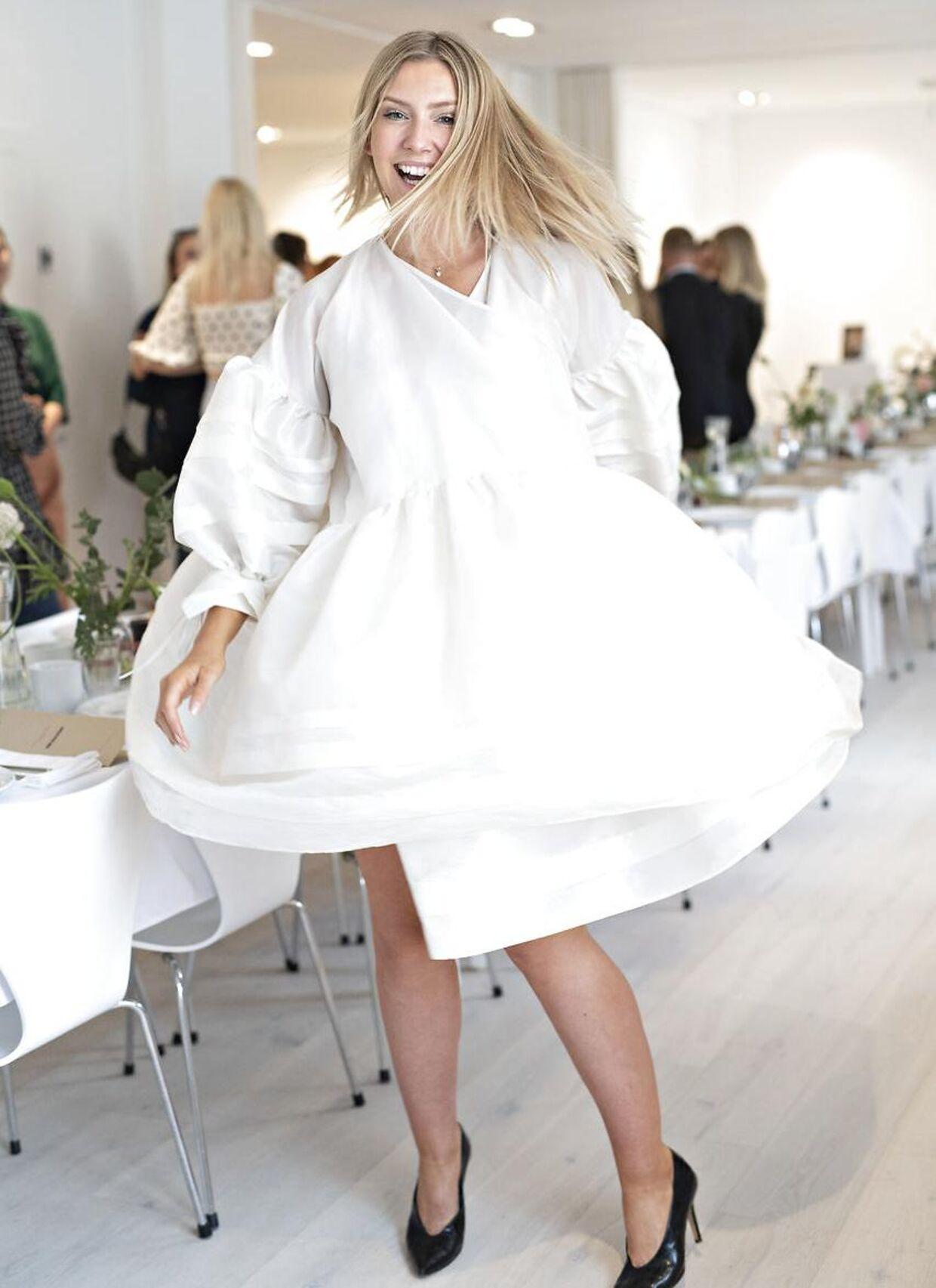 Carla Mickelborg danser glad og lykkeligt rundt til sin reception