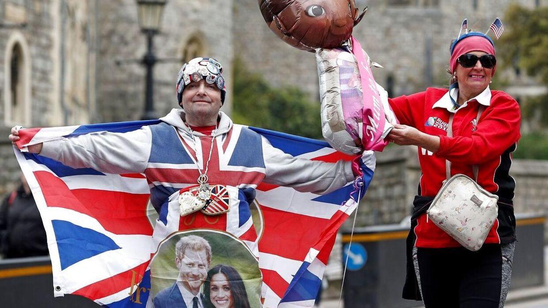 De royale fans John Loughery og Anne Daley poserer med det britiske flag og royale baby-balloner.