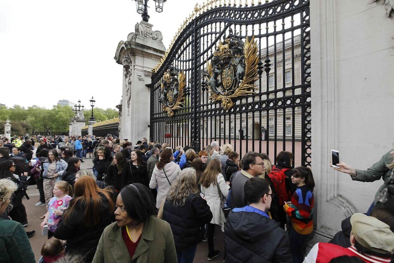 Straks efter fødslen strømmede folk til Buckingham Palace.