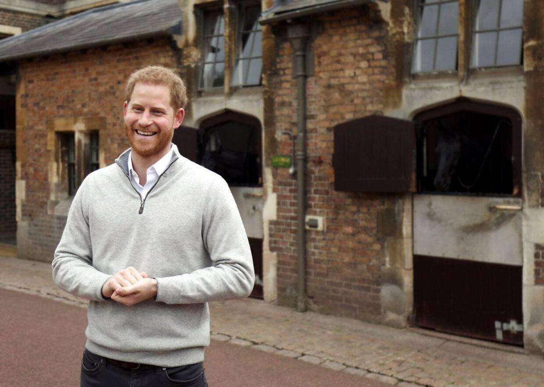 Her fortæller prins Harry, at han er blevet far. det sker tæt ved Windsor Castle. (Photo by Steve Parsons / POOL / AFP)