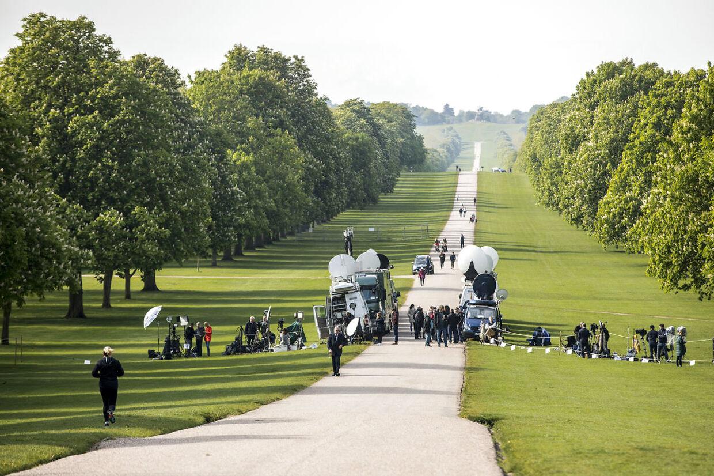 Der er stort presseopbud foran Windsor Castle, selvom de nybagte forældre har valgt at holde fødslen mere privat, end briterne er vant til.