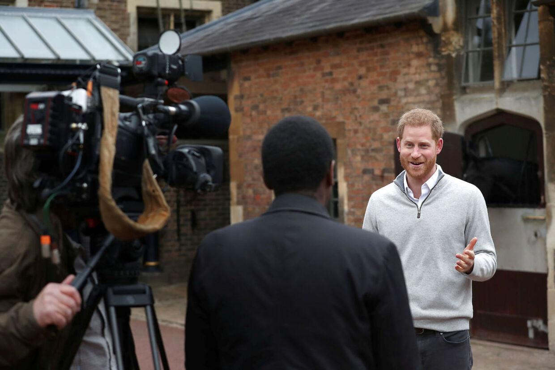 Foran en nøje udvalgt skare fortalte Harry mandag eftermiddag, at hans hustru havde født dem en dreng.