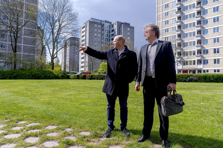 Onsdag d. 8. maj 2019 besøgte justitsminister Søren Pape Poulsen Brønshøj og Bellahøjhusene, som i lang tid har været plaget af en gruppe unge ballademagere. Her taler Pape med en af områdets beboere, der ønsker at være anonym.