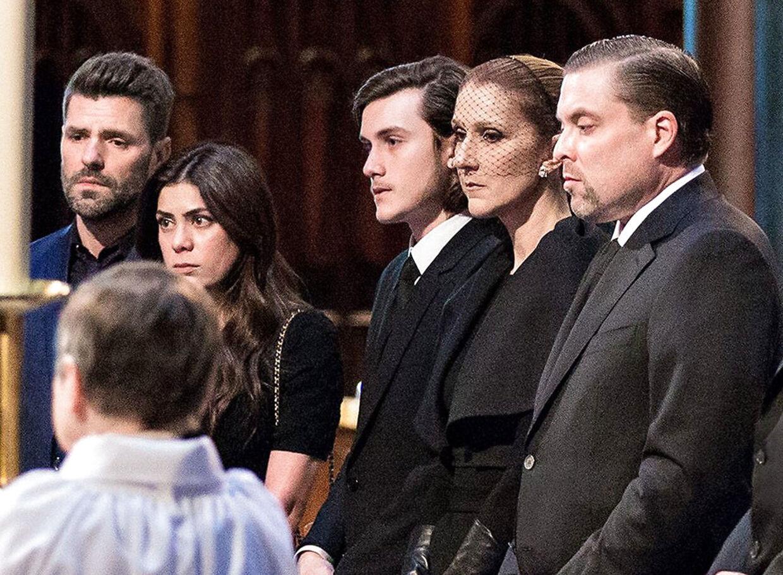 Den canadiske sangerinde Céline Dion med sin nære familie siger farvel til ægtemand, bror og far, René Angélil. Alle var tydeligt rørte, og det var klart, at Céline Dion kæmpede med at holde tårene tilbage.