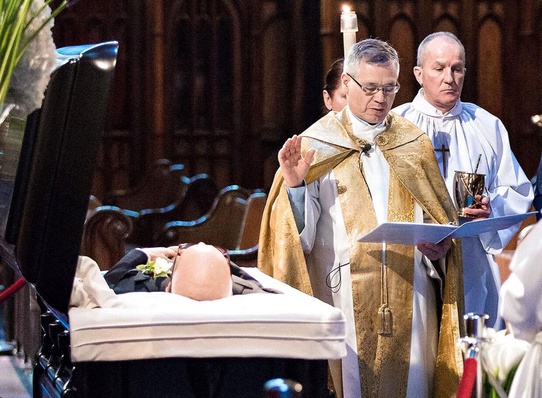 René Angélil, der mistede livet til kampen mod halskræft som 73-årig, lå med foldede hænder i en åben kiste under ceremonien og var iklædt et sort jakkesæt.