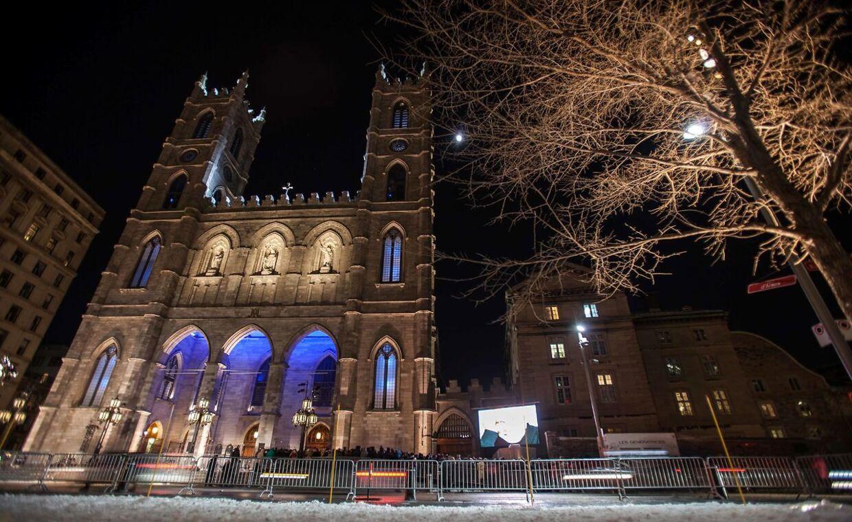 Foran kirken Notre-Dame Basilica i storbyen Montréal, i den canadiske provins Quebec, stod hundrevis af fans af René Angélil og Céline Dion og ventede på at kunne komme ind til stjernen og hendes familie for at kondolere.