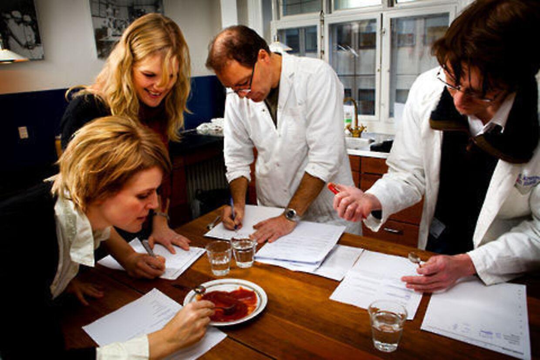 Panelet i B.T.s ketchuptest bestod af fire professionelle smagere fra Suhrs Seminarium: Michael René Jensen, adjunkt og levnedsmiddelingeniør, Preben Vestergaard Hansen, adjunkt og kandidat i human ernæring samt de to studerende Signe Halling Jacobsen og Ditte Marie Brandt.