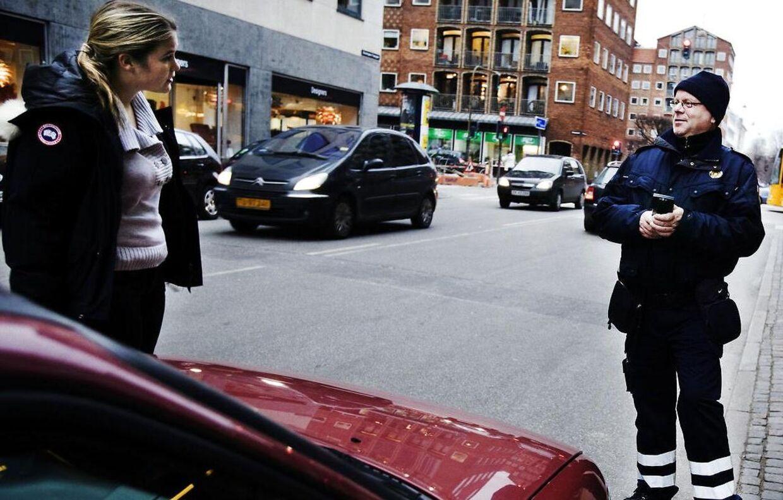 P-vagt Jørgen Smedegaard taler med en kvinde der har parkeret et sted med standsningsforbud. (Arkivfoto: Michael Bothager)